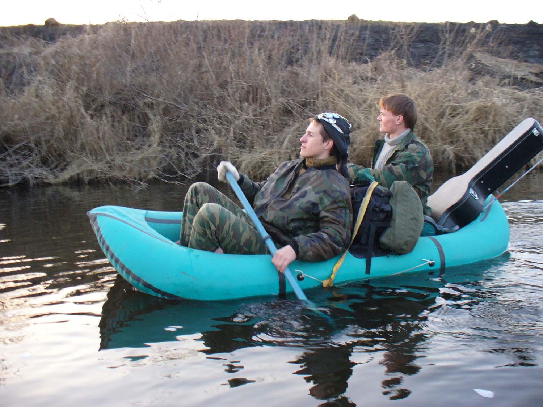 сплавлять по реке на лодке